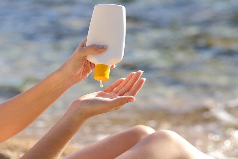 Sử dụng kem chống nắng khi ra ngoài giúp ngăn ngừa lão hóa da
