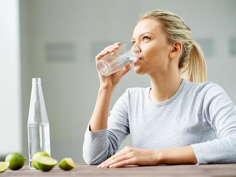 Uống đủ nước mỗi ngày giúp ngăn ngừa tình trạng lão hóa da