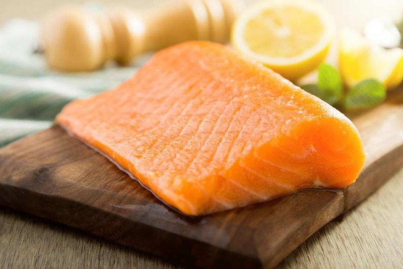 Các loại cá béo như cá hồi, cá thu và cá trích là những thực phẩm tuyệt vời để có làn da khỏe mạnh