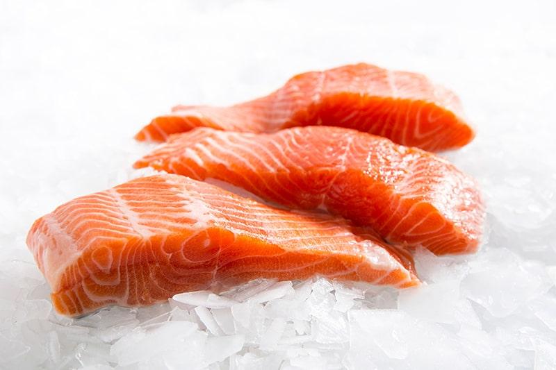 Cá hồi giúp làm dịu tình trạng viêm da