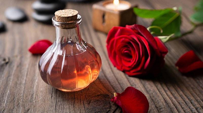 Nước hoa hồng giúp cân bằng pH của da dầu