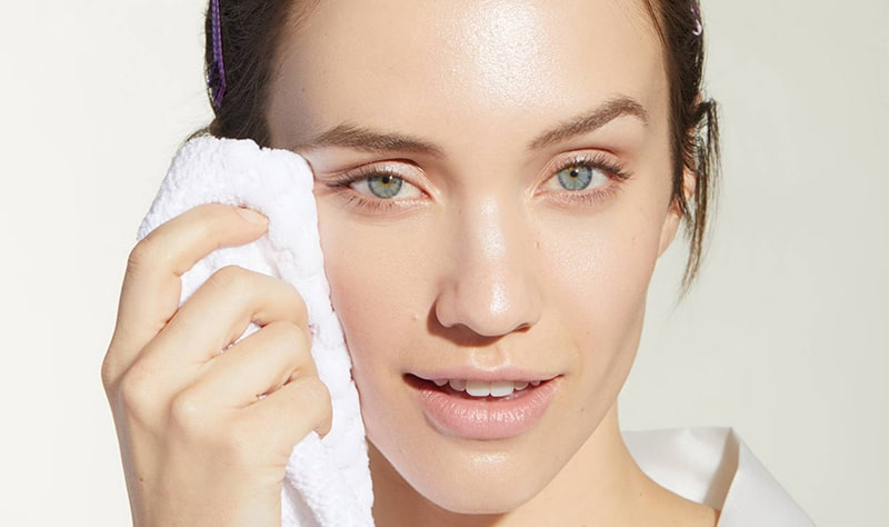 thực hiện một số biện pháp sau: Rửa mặt thường xuyên với sữa rửa mặt chuyên dụng cho da dầu