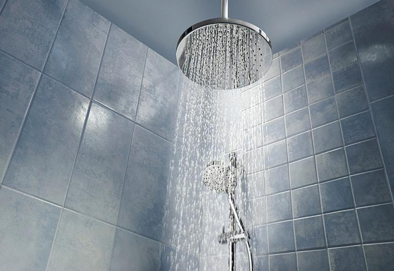 Tắm thường xuyên hoặc rửa bằng nước quá nóng làm tăng nguy cơ khô da