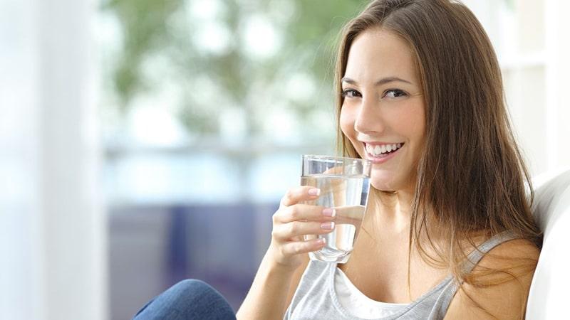 Uống đủ nước giúp cải thiện tình trạng lão hóa da hiệu quả