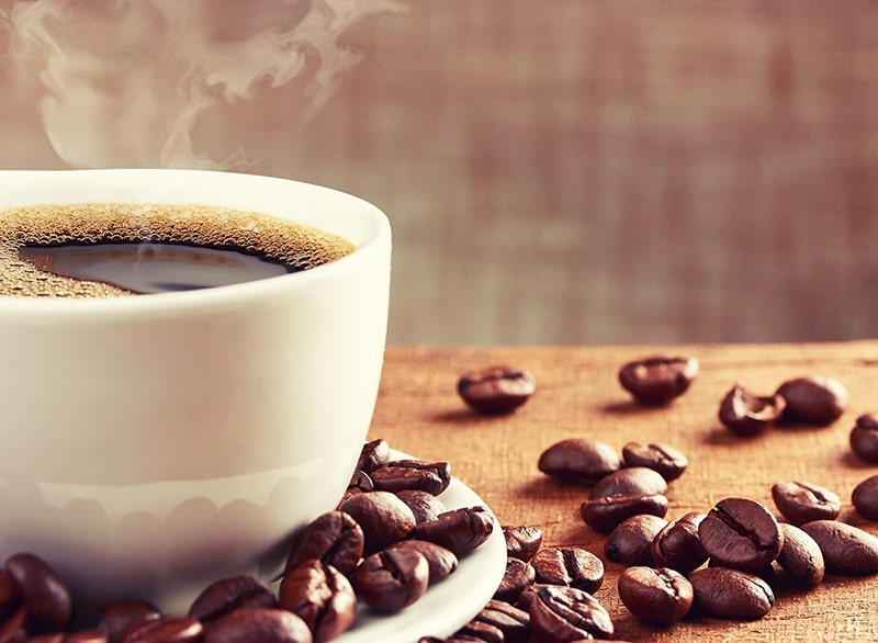 Các đồ uống chứa caffeine như trà, cà phê… nếu bị lạm dụng sẽ là những thực phẩm không tốt cho da