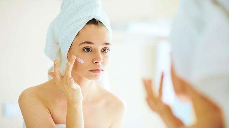 Dưỡng ẩm đúng cách cũng là cách chăm sóc da mụn hiệu quả