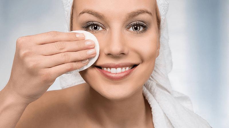 Da khô nên dùng nước tẩy trang chuyên dụng