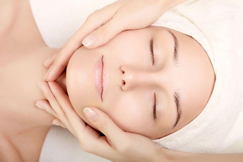 Thường xuyên xông hơi và massage da mặt