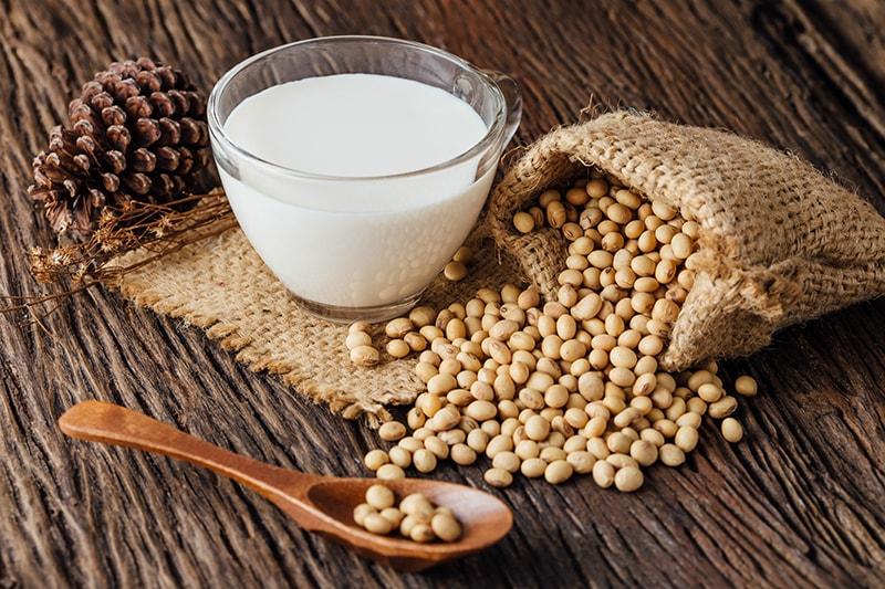 Sữa và đậu nành là những thực phẩm không tốt cho da dầu
