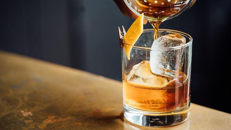 Đồ uống có cồn, cafein là những thực phẩm không tốt cho da dầu