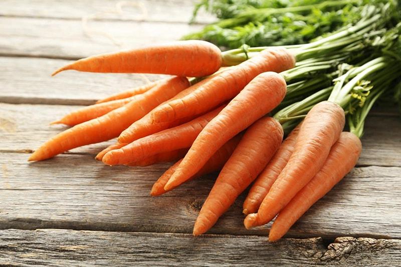 Cà rốt chứa nhiều vitamin A giúp đẩy nhanh quá trình tẩy tế bào chết tự nhiên của da, thông thoáng lỗ chân lông