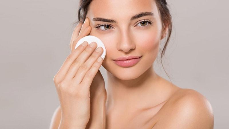 Bước đầu tiên phải có trong quy trình 5 bước chăm sóc da mặt vào buổi tối chính là tẩy trang.