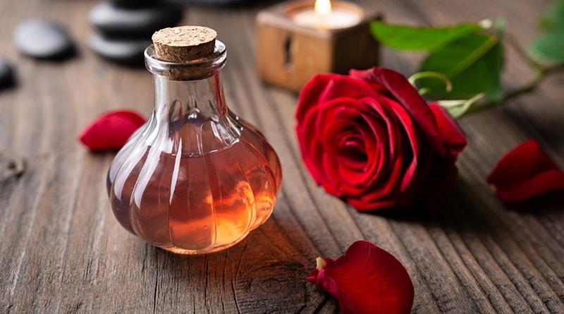 Sử dụng toner hay nước hoa hồng để cân bằng pH da mặt