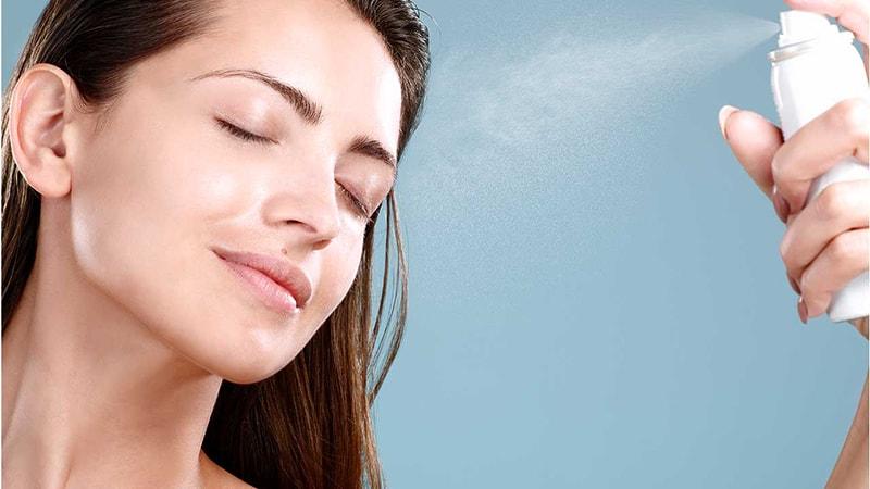 Thường xuyên dùng xịt khoáng để giữ ẩm cho da mặt vào mùa hanh khô