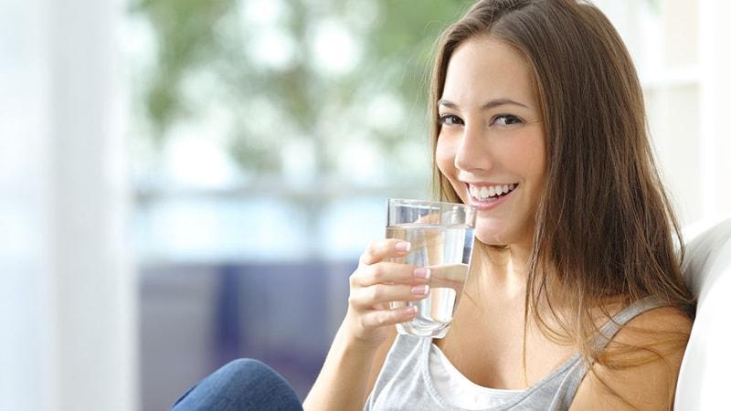 Hãy nhớ uống đủ nước để giữ ẩm cho da mùa hanh khô