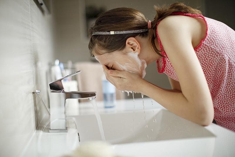 Làm sạch da đúng cách để hạn chế mụn khi bước vào tuổi dậy thì