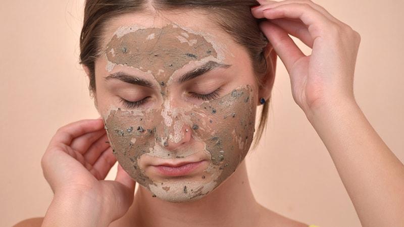 Tẩy tế bào chết quá nhiều là 1 trong những cách chăm sóc da nhạy cảm bị mụn
