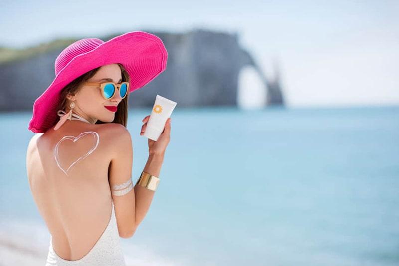 Sử dụng kem chống nắng khi đi ra ngoài để bảo vệ da