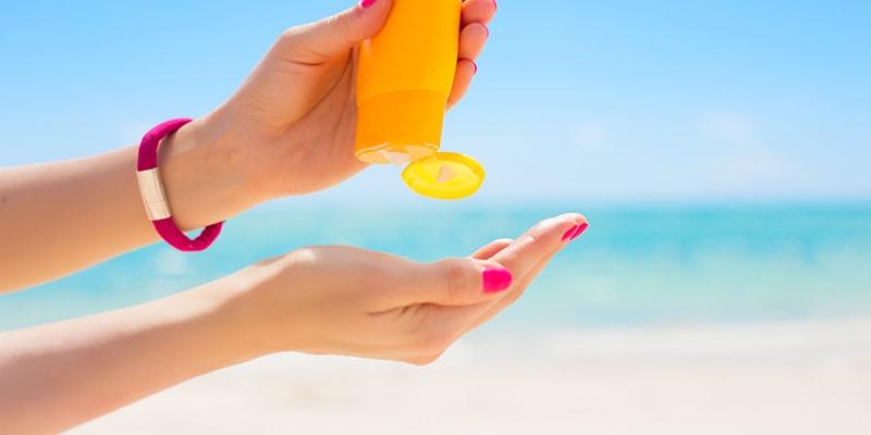 Sử dụng kem chống nắng để bảo vệ da khỏi ánh nắng mặt trời