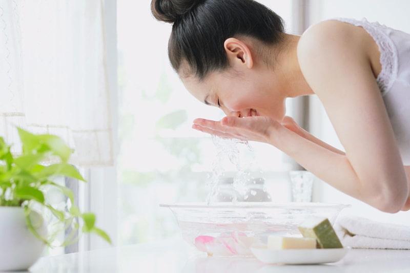Rửa mặt đúng cách vào mùa đông để bảo vệ da