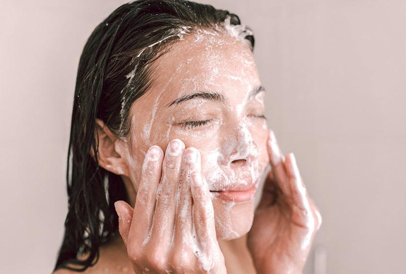Rửa mặt với sữa tươi