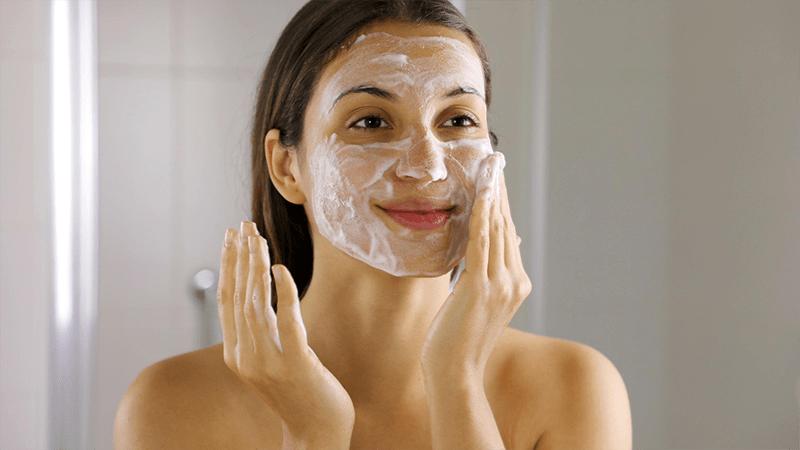 Chú ý đến các loại sữa rửa mặt khi chăm sóc da tuổi 30