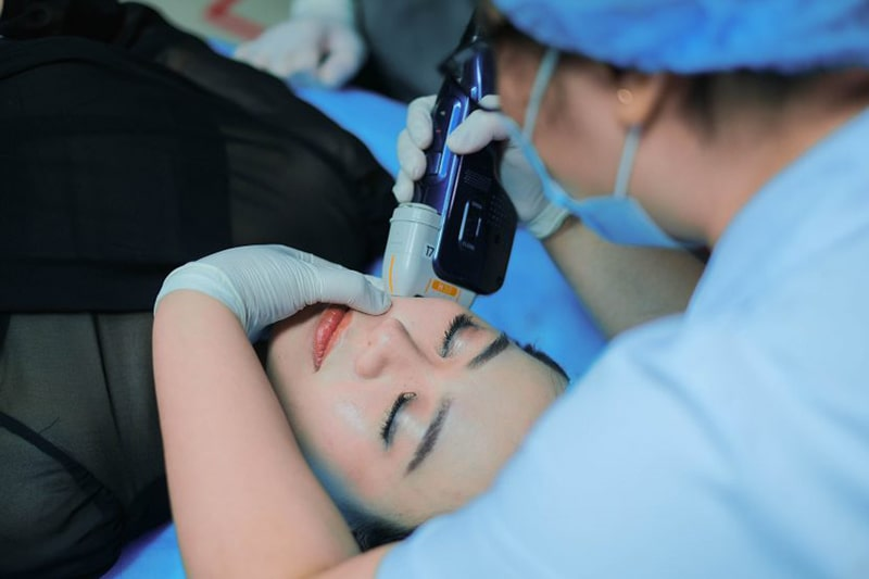 Phương pháp điều trị bằng laser đang được sử dụng để giúp cải thiện tông màu da