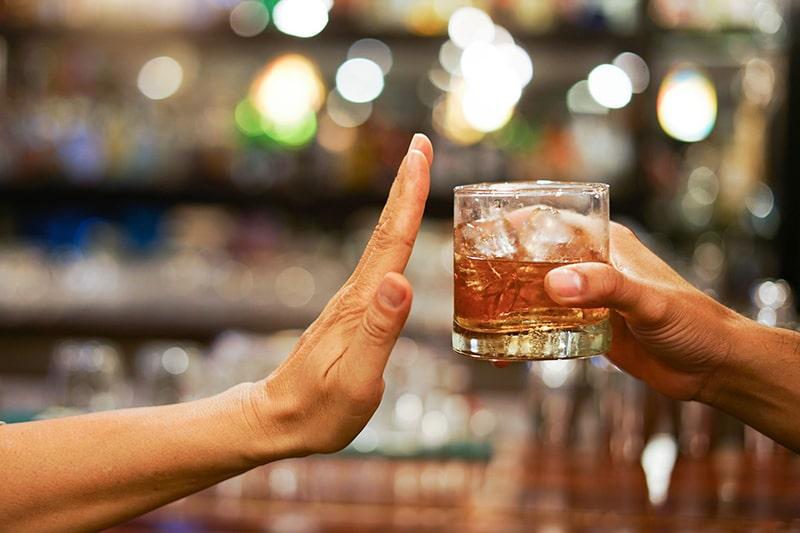 Tránh uống quá nhiều rượu để tăng mức độ Glutathione trong cơ thể